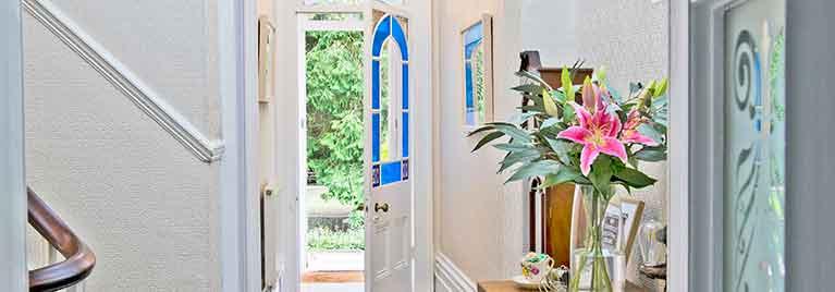 Glendon Bed and breakfast hallway with front door open